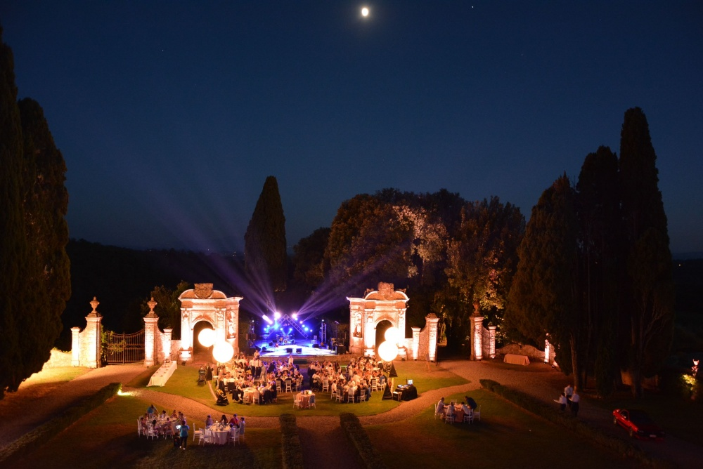 wedding party in a villa in tuscany