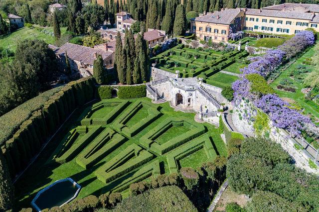 gardens in a wedding villa in tuscany