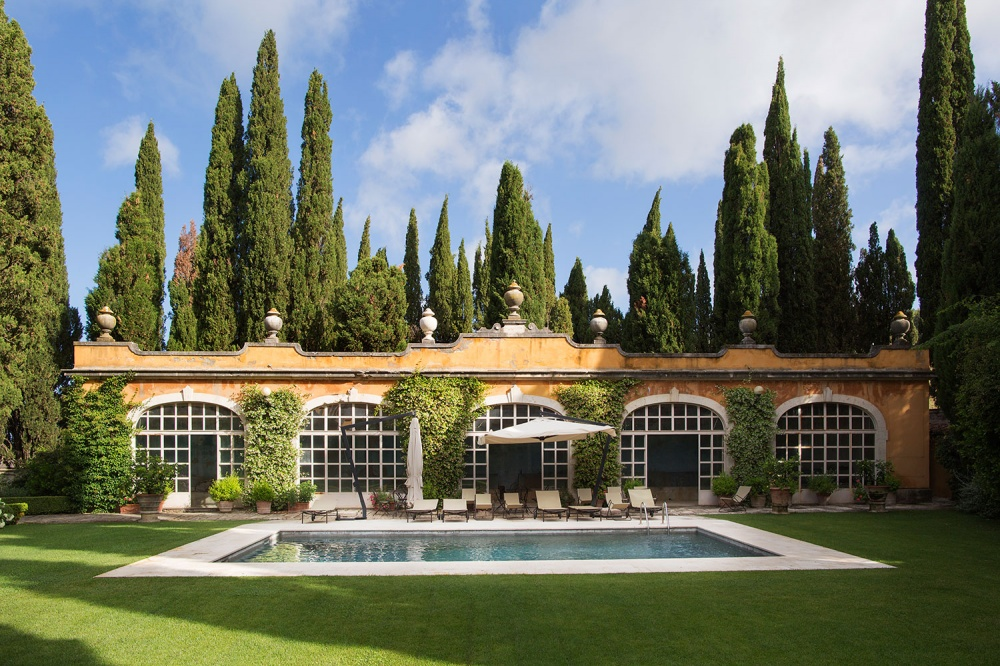 pool area in a wedding villa in tuscany